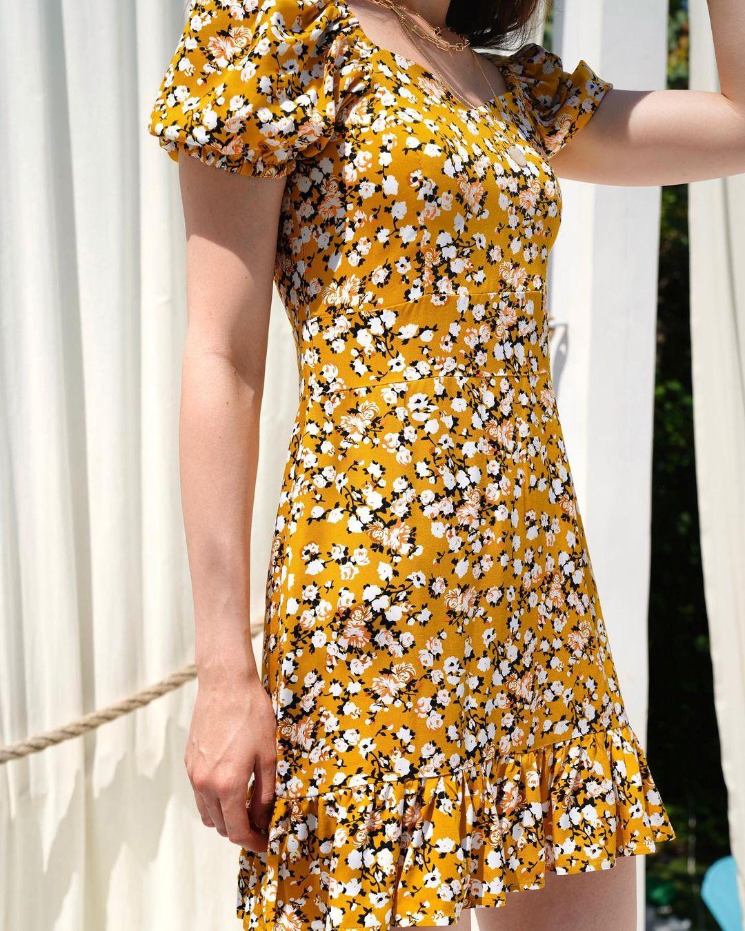 Сукня в квіти жовтого кольору LM4312
